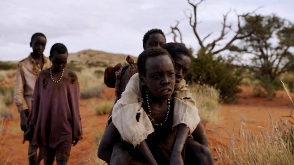 Flykten över savannen tar hårt på barnen.